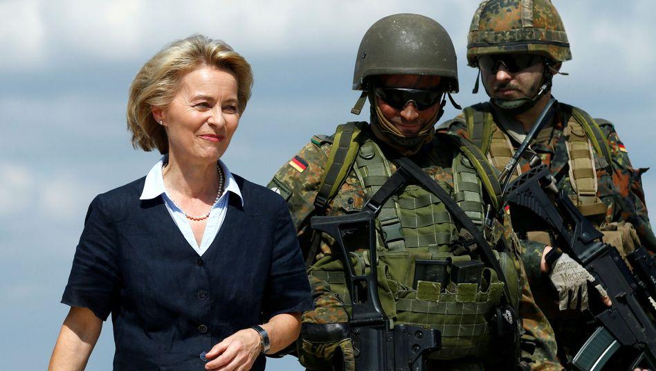 Ursula von der Leyen mit zwei Soldaten