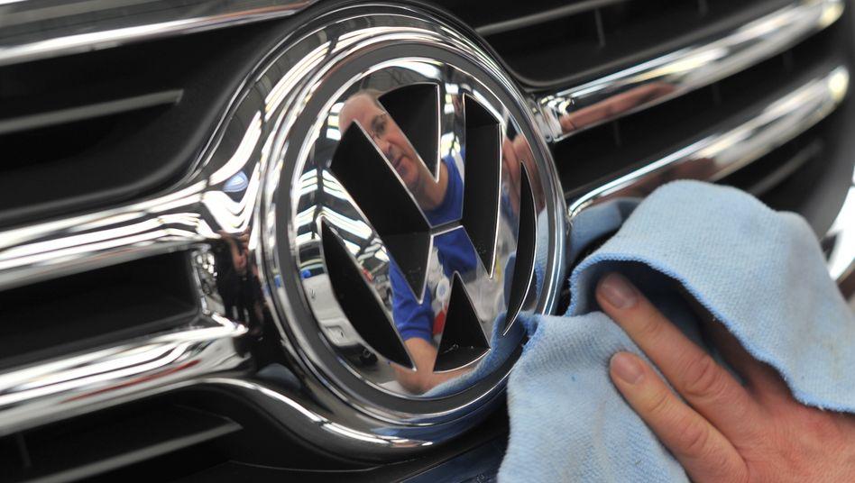 VW-Logo an einem Wagen