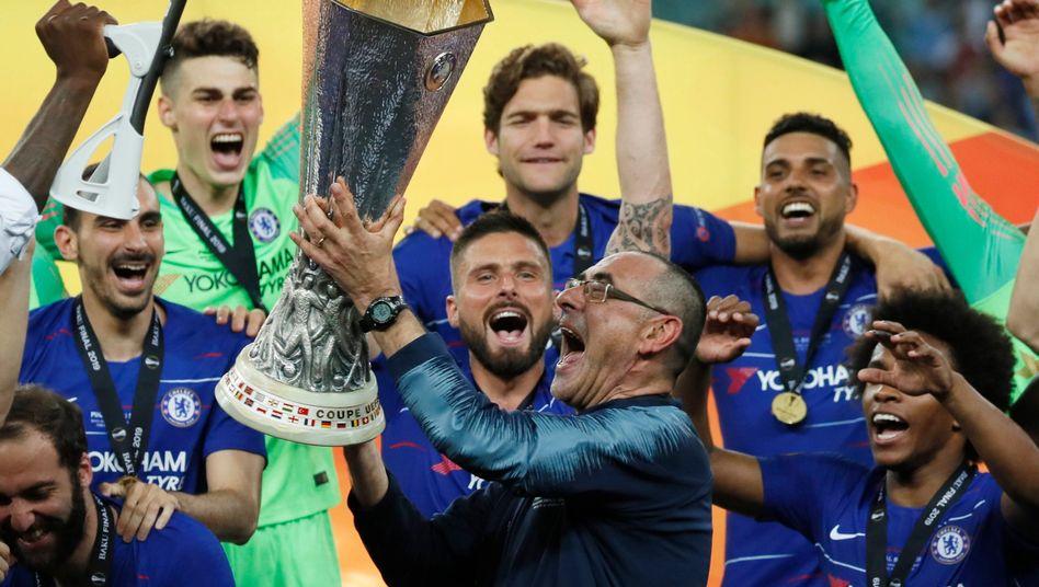 Maurizio Sarri (M.) gewann Ende Mai die Europa League mit dem FC Chelsea