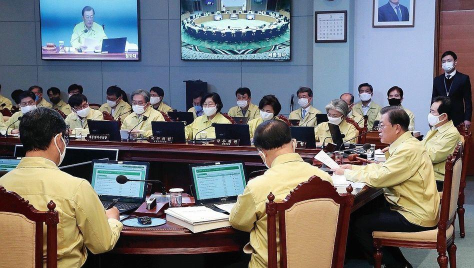 Präsident Moon Jae In (ohne Maske) bei einer Kabinettssitzung