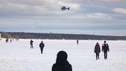 Mit dem Hubschrauber gegen die Menschenmassen auf dem Eis