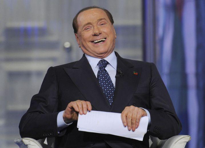 Ehrenpräsident der europäischen Transager-Liga: Silvio Berlusconi. Der 60-Jährige wäre laut Pass 78 Jahre alt - absurd!