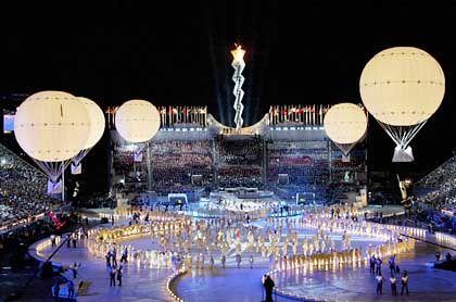 Fünf Ballons als Weltumsegler: In Salt Lake City stiegen die Lichtkugeln in den nächtlichen Himmel