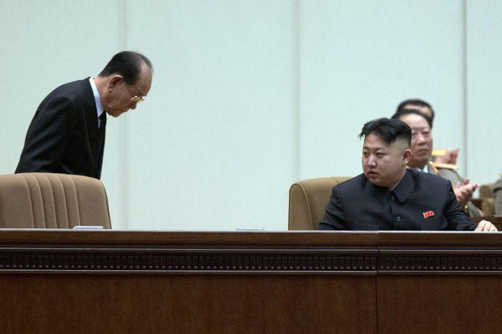 Kim Yong Nam, Präsident der Volksversammlung, verbeugt sich vor Nordkoreas Machthaber Kim Jong Un