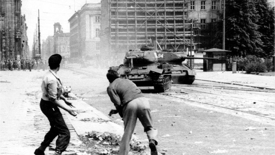 Pflastersteine gegen Stahl: Auf dem Leipziger Platz in Berlin werfen Jugendliche am 17. Juni 1953 Steine auf russische Panzer