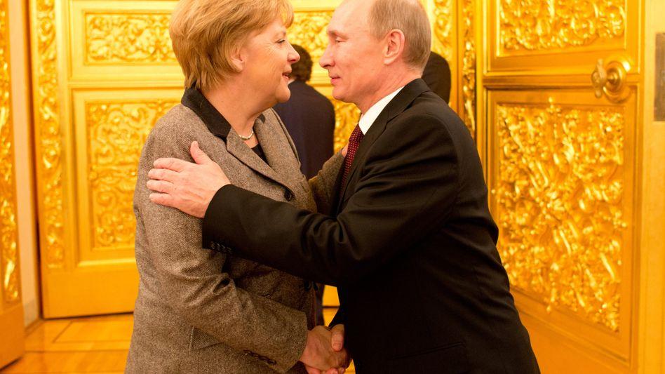 Herzliche Begrüßung im Kreml: Russlands Präsident Putin empfängt Kanzlerin Merkel
