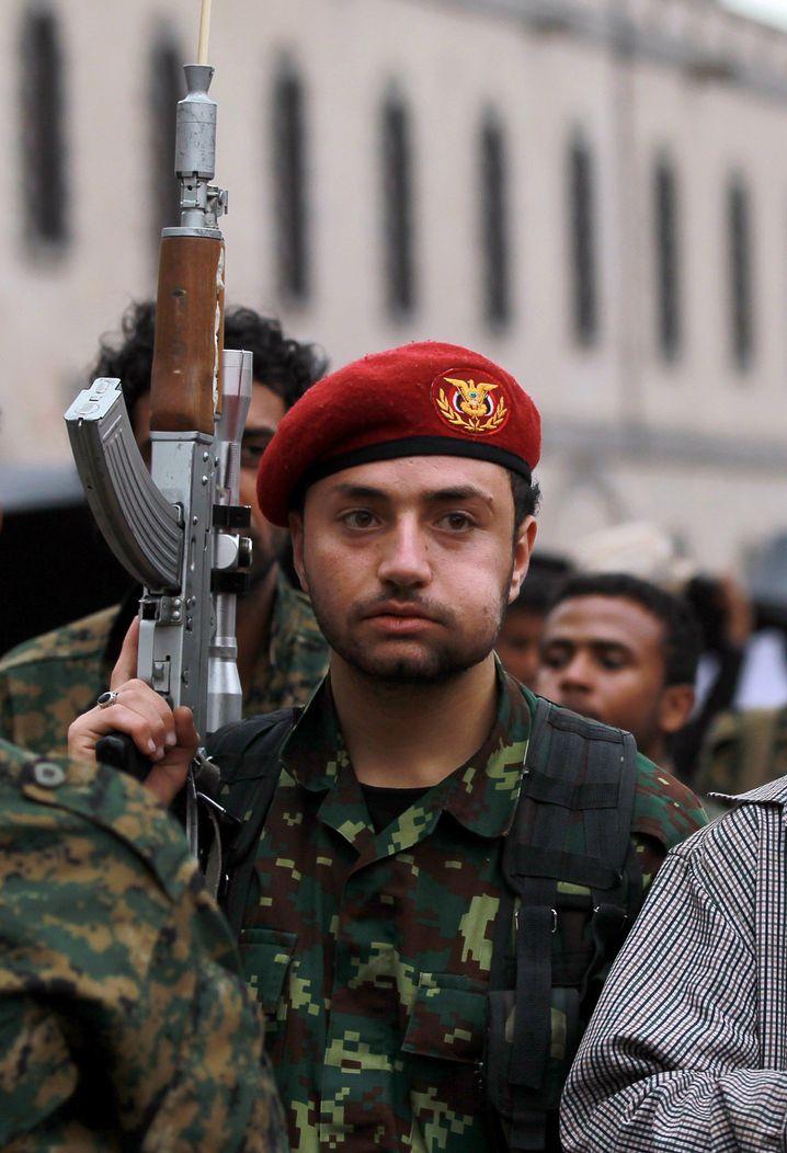Huthi-treuer Soldat: Teile der Armee stützen die Rebellen