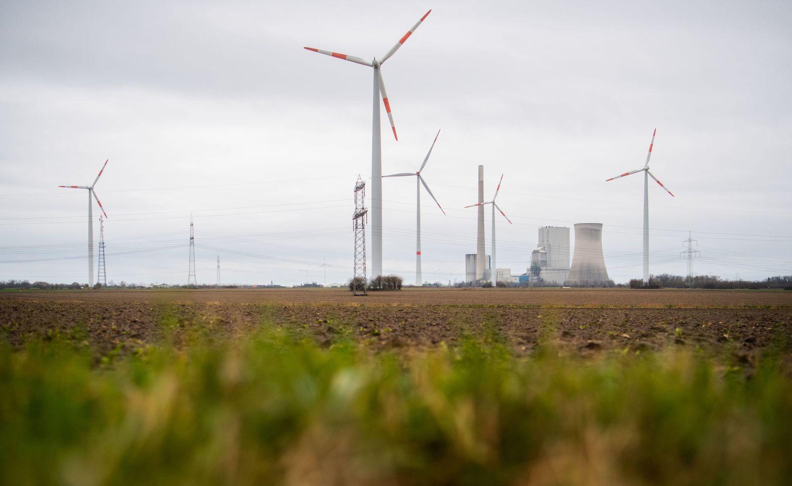 Windräder am Kohlekraftwerk Mehrum