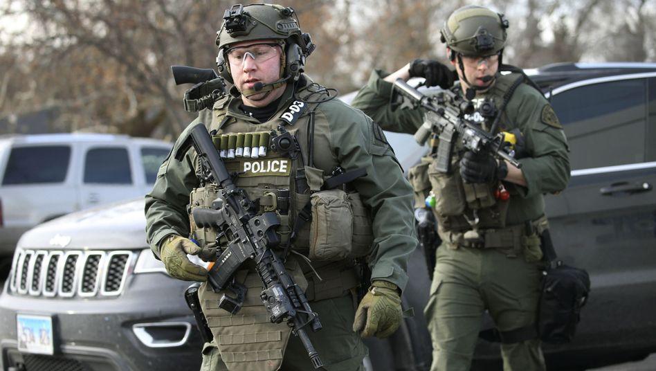 Schwer bewaffnete Polizisten am Tatort in Chicago
