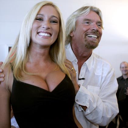 "Kyla Ebbert mit Airline-Chef Richard Branson: ""Too sexy to fly"""