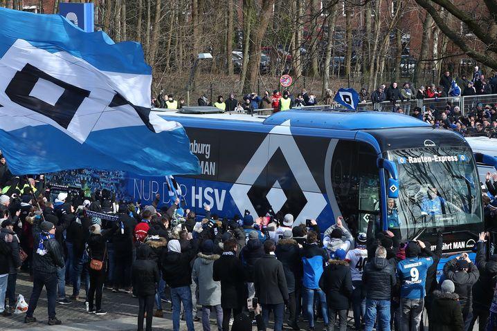 HSV-Fans begrüßen die Mannschaft