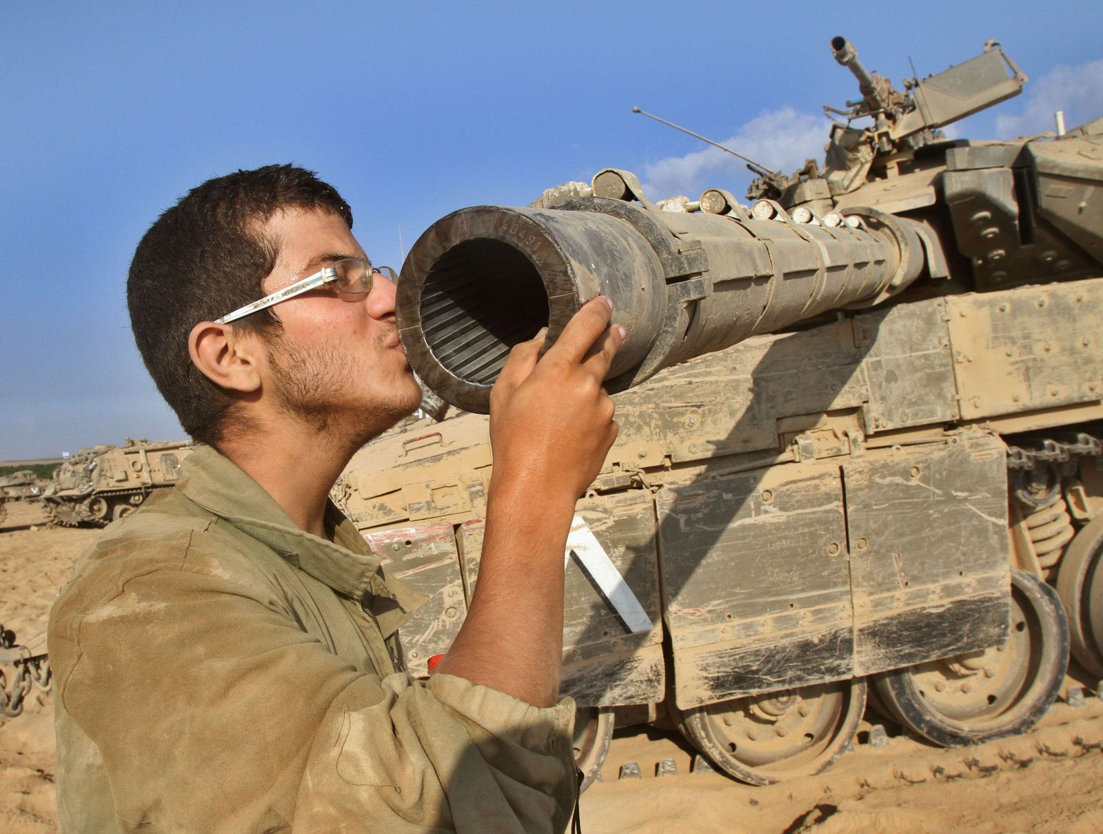 Israel / Soldat küsst Kanone