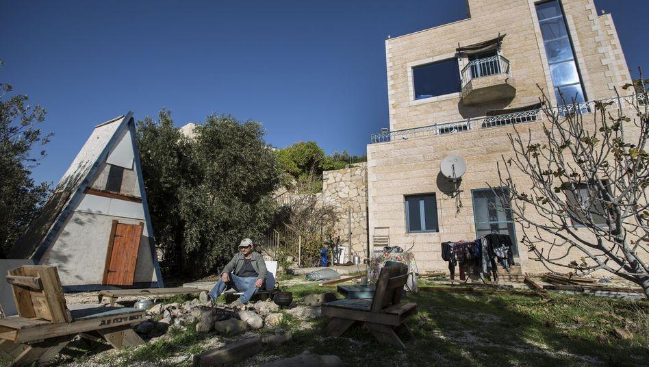 Jüdischer Airbnb-Vermieter vor seiner Ferienwohnung im Westjordanland