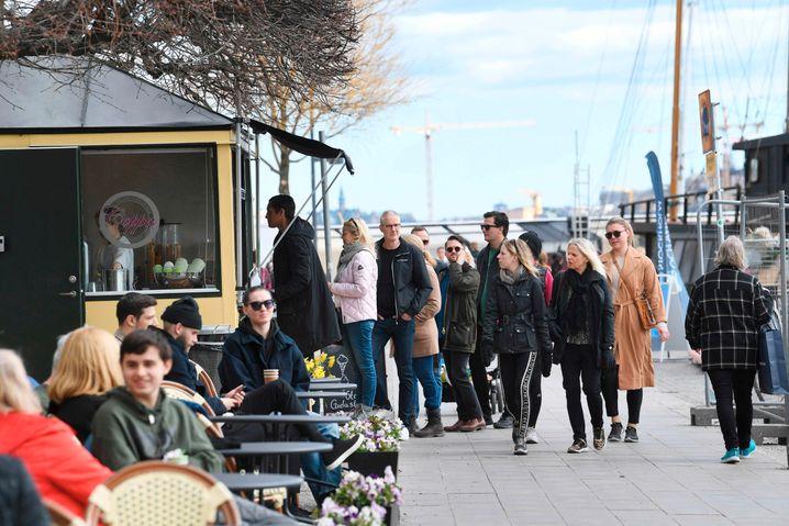 Schlange vor Stockholmer Eisdiele am Wochenende: Abstand geht anders