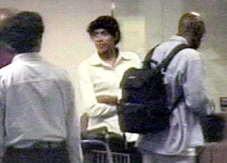Angriff auf den Kameramann: Pérec (m.) mit Lebensgefährten Maybank auf dem Flughafen in Singapur