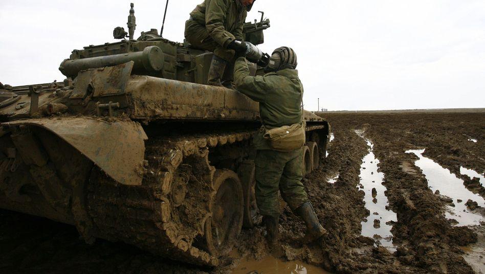 Russische Soldaten an der Grenze zur Ukraine (Archivaufnahme): Moskau lässt sich Zeit