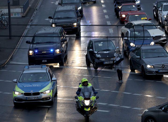 Obamas Konvoi fährt durch Köln