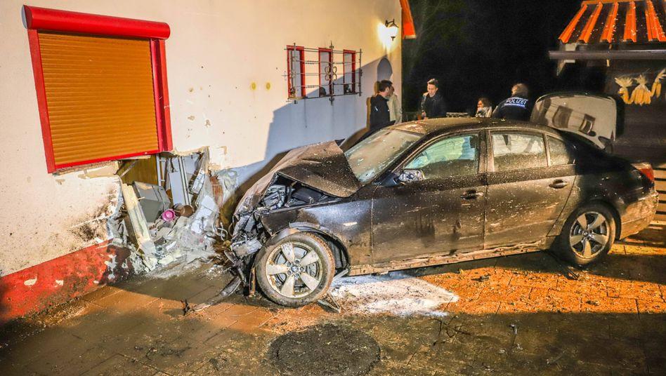 BMW donnert in Spechbach bei Heidelberg in eine Hauswand