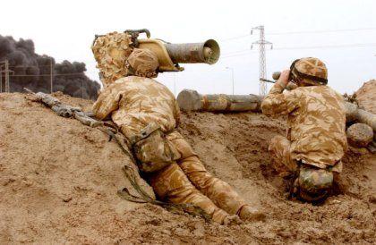 """Britische Truppen, bewaffnet mit """"Milan""""-Panzerabwehrwaffen, gehen vor Basra in Stellung"""