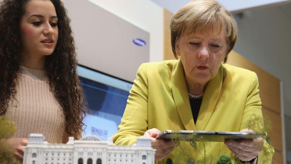 Merkel mit Tablet auf CDU-Parteitag: Versagen in der Digitalpolitik