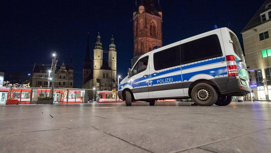 Polizei auf dem Marktplatz von Halle (Archivbild vom 7. April)