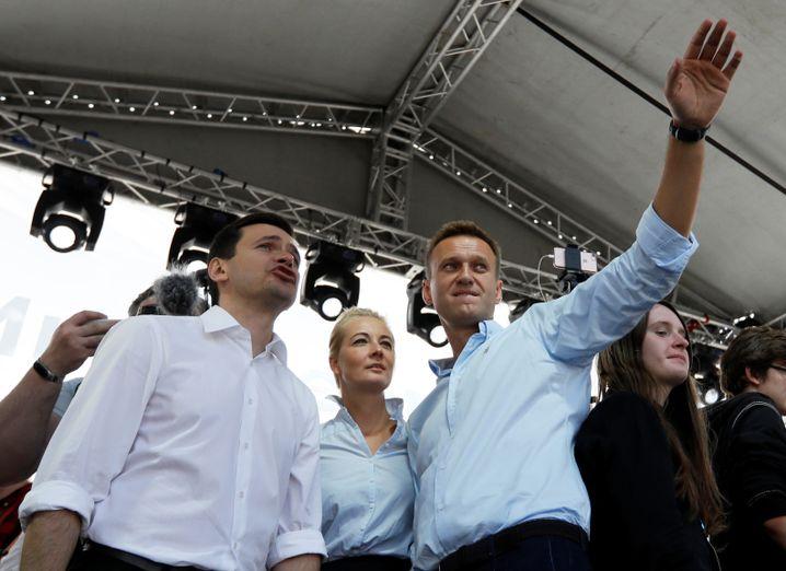Zusammen auf der Bühne: Der Oppositionelle Alexej Nawalny, seine Frau Julija und Ilja Jaschin, Weggefährte des ermordeten ehemaligen Premiers Boris Nemzow