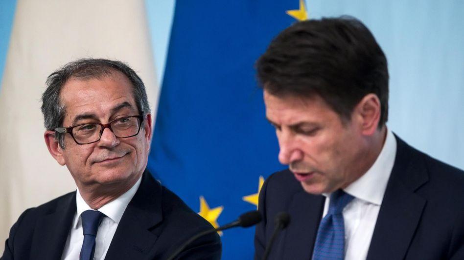 Wirtschaftsminister Giovanni Tria (l.) und Ministerpräsident Giuseppe Conte