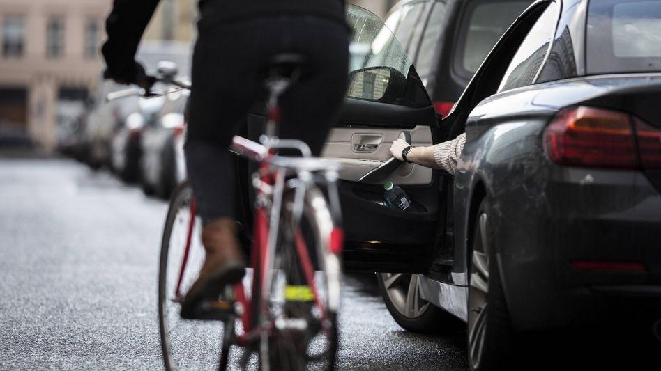 Unachtsam geöffnete Autotüren können zu schweren Unfällen führen, sogenannte Dooring-Unfälle gibt es einer aktuellen Studie zufolge deutlich öfter als bisher angenommen