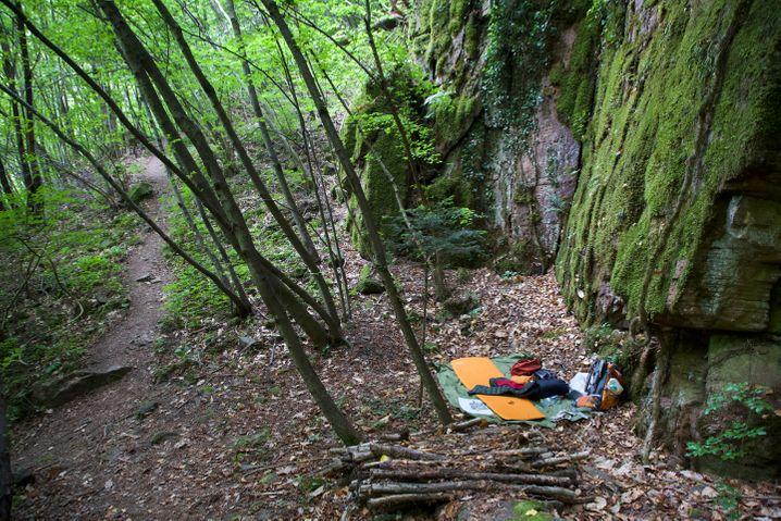 Lagerplatz an der Felswand: Wer in der Natur überleben will, braucht Ausdauer