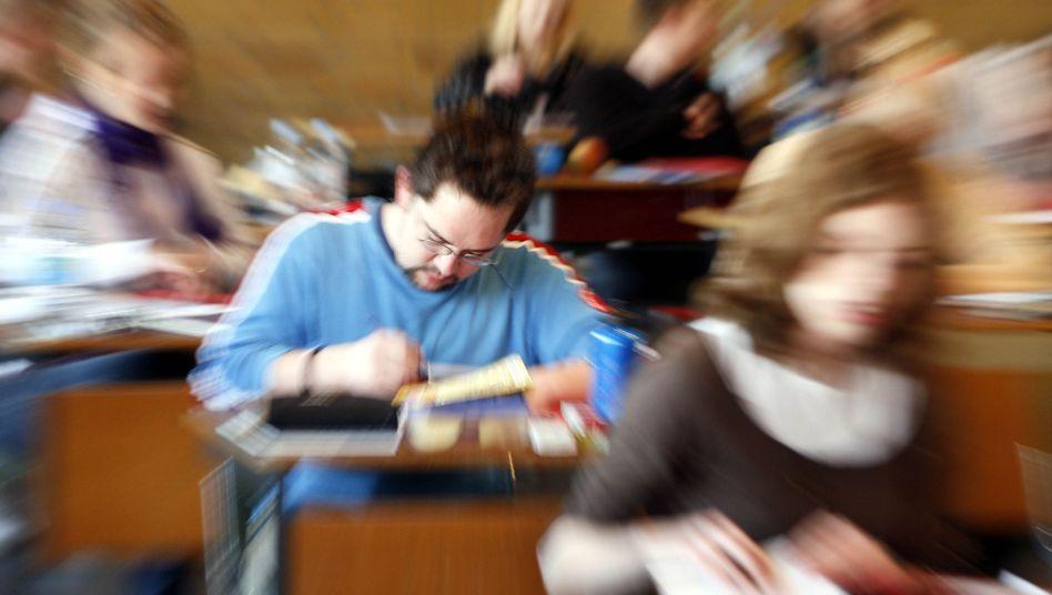 Schüler im Abitur: Für Bayern gibt es neue Aufgaben im Fach Deutsch