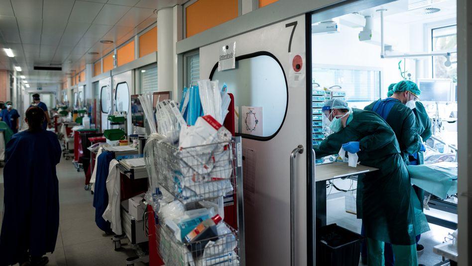 Intensivstation für Corona-Patienten im Universitätsklinikum Essen: Mediziner dürften viel gelernt haben aus der ersten Corona-Welle im Frühjahr