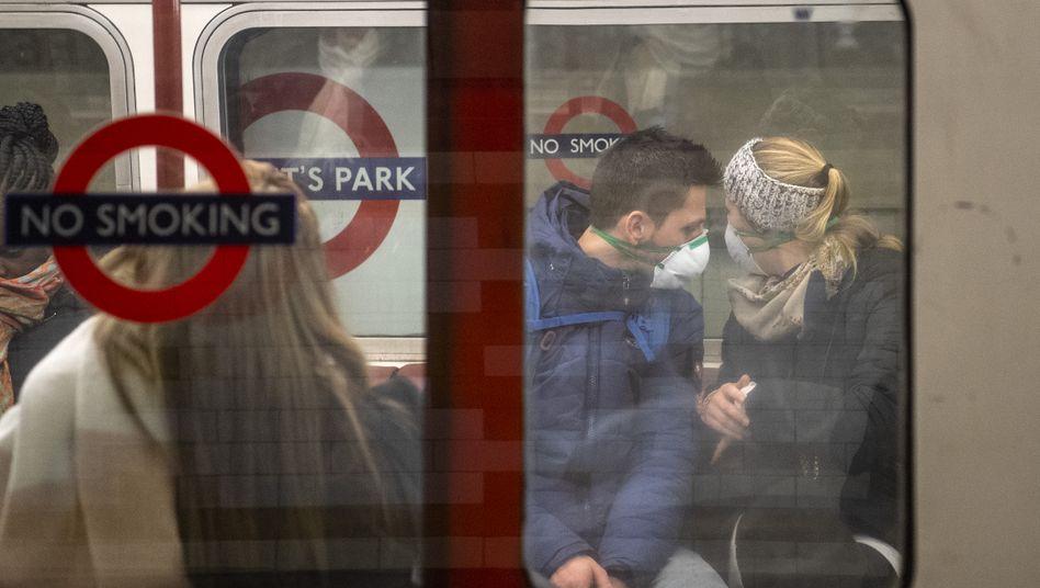 """Passagiere in der Londoner U-Bahn: Die Gefahren der Herden-Immunitätsstrategie wurden von Premier Johnson mit dem Spruch """"We could take it on the chin"""" verteidigt"""