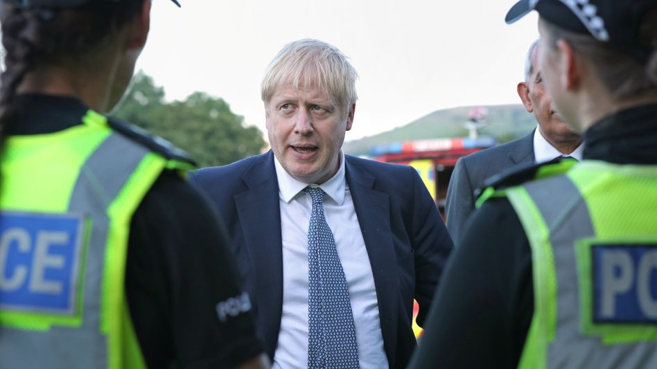 British Prime Minister Johnson with police officers: Cooperation with the EU in law enforcement is at risk.