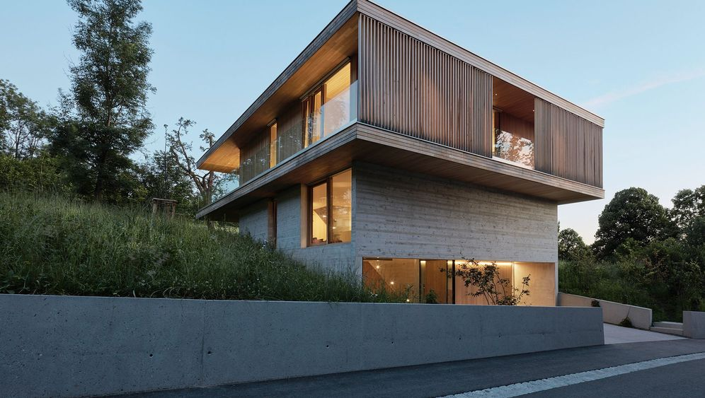 Rundgang durch das Haus D: Handwerkskunst in Holz und Beton
