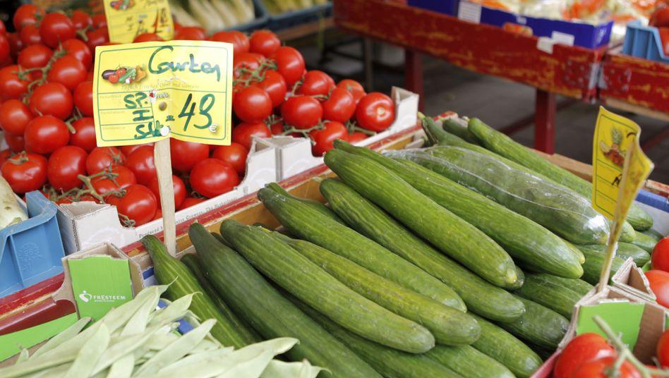 Verkaufsstand mit Gemüse: Gesundheitswarnung vor spanischen Gurken aufgehoben