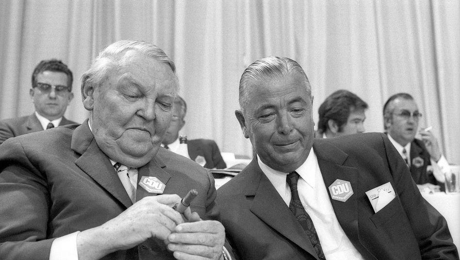 Franz Josef Röder (r.) mit Ludwig Erhard: Nichts, was ausreichte, um ihm ein Täterprofil zuzuschreiben
