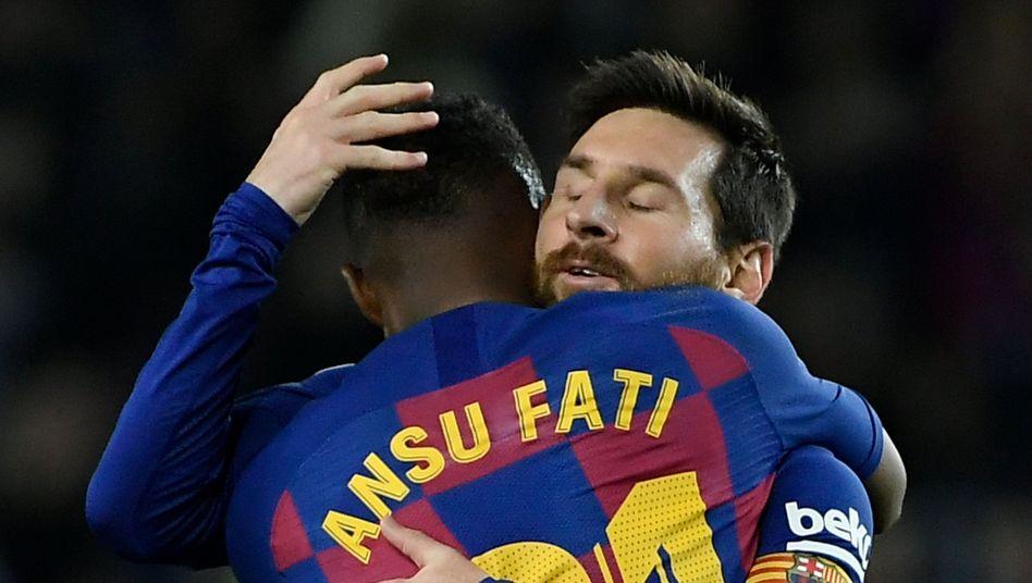 Eigentlich zu viel Talent für ein Foto: Ansu Fati (vorn) wird von Lionel Messi geherzt