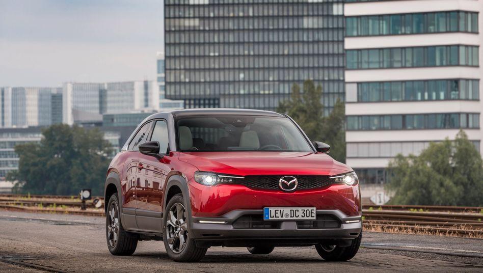Auch Mazda fährt jetzt ein Elektroauto vor - den Kompakt-SUV MX-30 mit einem eigenwilligen Antriebs- und Türkonzept.