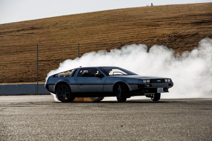 Roboter-DeLorean mit qualmenden Reifen
