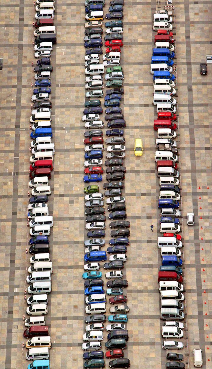 Autos auf einem Parkplatz: Schleichfahrt ist Vorschrift