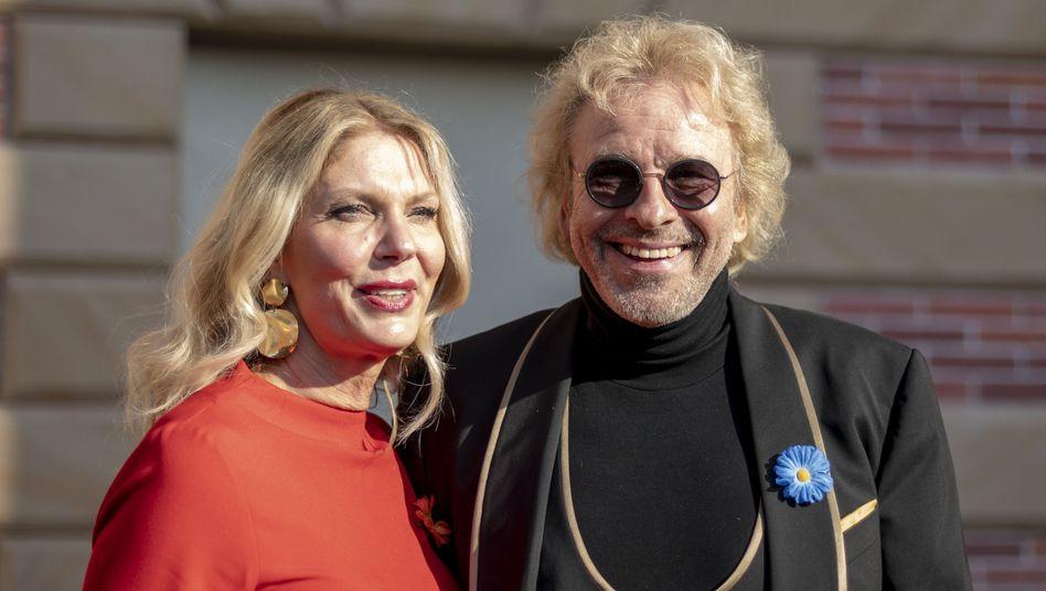 Moderator Thomas Gottschalk und seine neue Freundin Karina Mroß stehen zusammen im Europa-Park