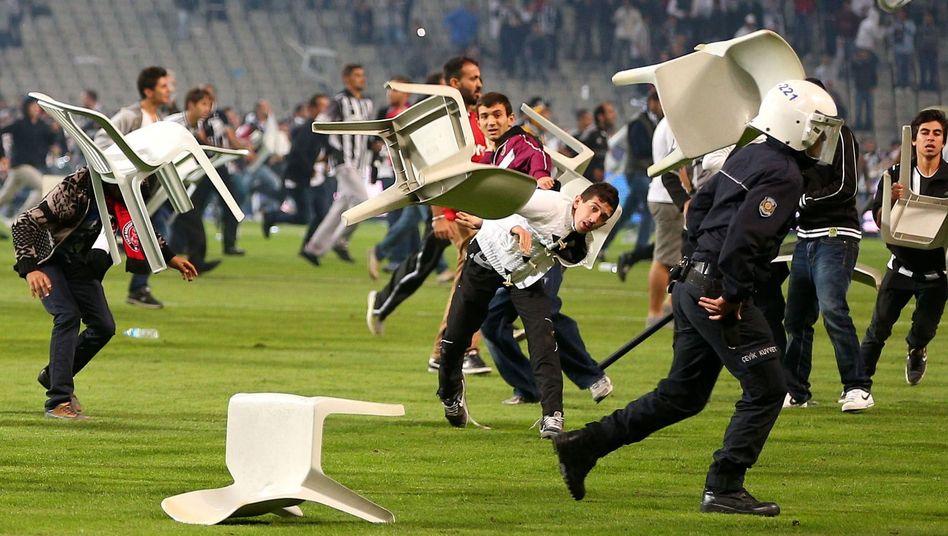 Fan-Krawalle in Istanbul: Harte Strafe gegen Besiktas