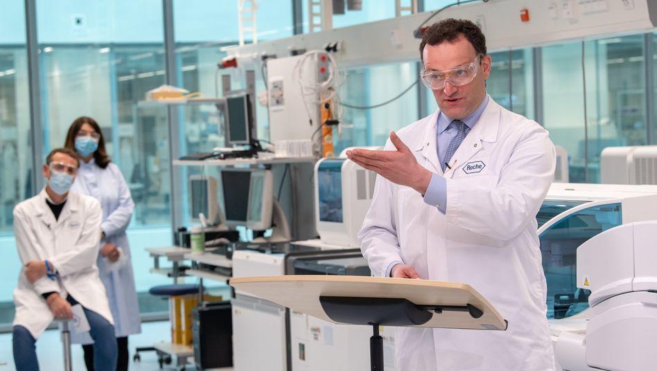 Gesundheitsminister Jens Spahn bei der Vorstellung des Tests Anfang Mai in der Roche-Niederlassung im bayerischen Penzberg
