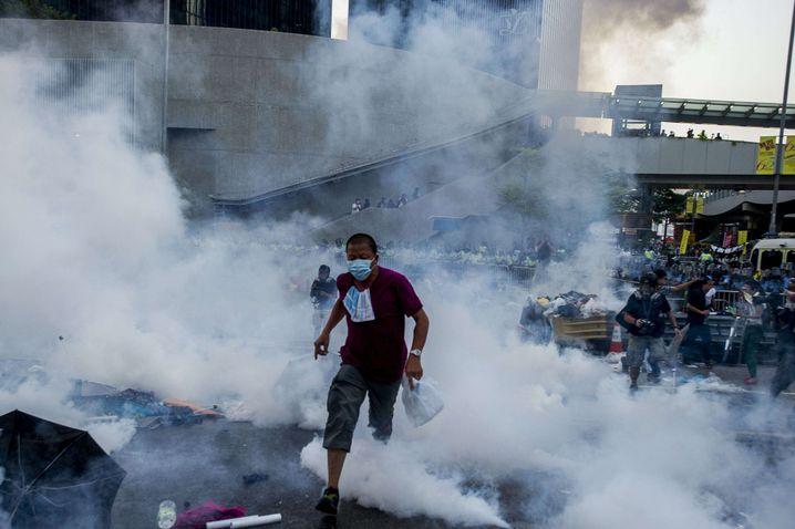 Mitten im Rauch: Die Polizei setzte am Wochenende Tränengas, Pfefferspray und Gummiknüppel ein