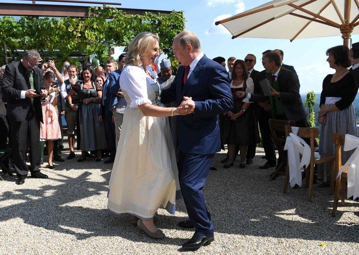 Karin Kneissl auf ihrer Hochzeit mit Wladimir Putin