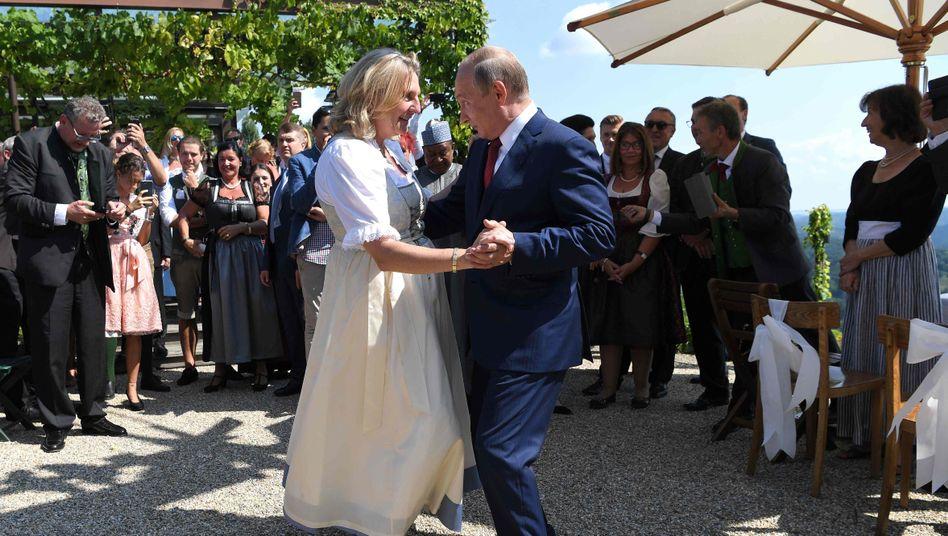 Tanz mit der Braut: Karin Kneissl und Wladimir Putin