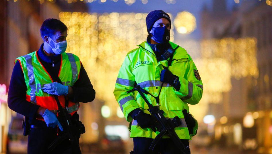 Stark bewaffnete Polizisten sichern die Trierer Innenstadt: Menschen wurden durch die Luft geschleudert