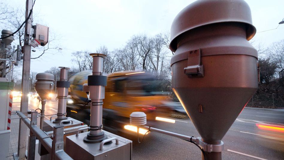 Luftmessstationen wie diese am Stuttgarter Neckartor messen die Schadstoffbelastung. Die Corona-Einschränkungen verbesserten die Luftqualität einer Studie zufolge deutlich