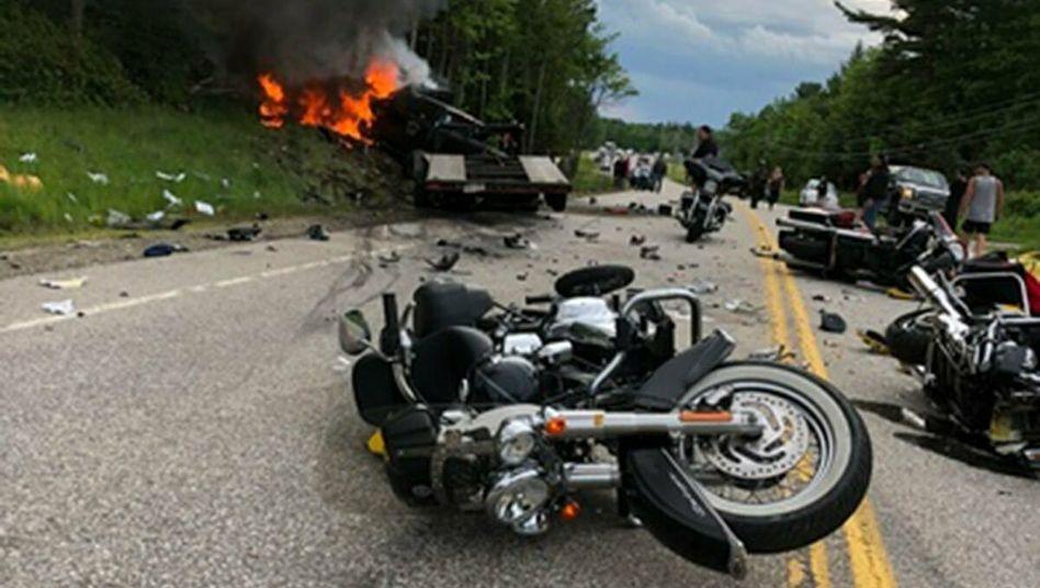 Unglücksstelle nach einem Zusammenstoß zwischen einem Kleinlastwagen und mehreren Motorrädern