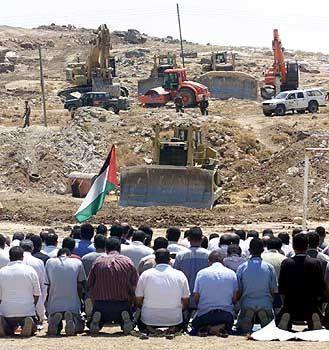 Uni-Sportplatz: Protest gegen die Barriere der Israelis